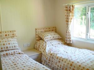 Symonds Yat Lodge Twin Bedroom